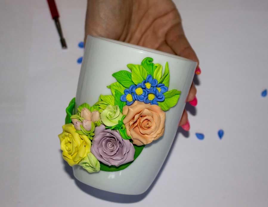 Tepat bunga yang sama di bagian bawah komposisi. Selanjutnya, ruang yang tersisa diisi dengan kelopak dan bilah dengan berbagai ukuran dan nuansa.